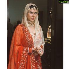 Stunning and regal Pakistani Wedding Outfits, Indian Bridal Outfits, Pakistani Bridal Dresses, Indian Bridal Wear, Indian Dresses, Indian Clothes, Bridal Lehenga, Indian Wear, Ethnic Fashion
