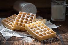 Low-Carb-Waffeln: Ein Rezept mit Kokosmehl ohne Eiweißpulver Low Carb Waffles: A recipe with coconut How To Make Waffles, Making Waffles, Low Carb Waffles, Crispy Waffle, Fudge Sauce, Coconut Recipes, Protein Recipes, Waffle Recipes, Low Carb Desserts
