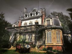 The 16 scariest real haunted houses in America Haunted Houses In America, Scary Haunted House, Creepy Houses, Scary Ghost Pictures, Ghost Photos, Most Haunted Places, Spooky Places, Abandoned Houses, Abandoned Places
