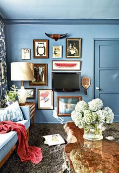 (Not fight) with your decor apartment therapy blue walls, blue rooms, wall Inspiration Wand, Interior Inspiration, Design Inspiration, Living Spaces, Living Room, Blue Rooms, Blue Walls, Wall Mounted Tv, Decoration