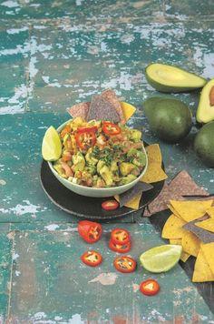 Tradisioneel is guacamole 'n mengsel van fyngemaakte avokadopeer, gekapte tamaties en uie.  Die rooi rissie in die resep gee lekker skop.