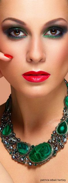 Valentine's Day makeup looks Shades Of Green, Red Green, Verde Jade, Perfect Red Lips, Beautiful Lips, Beautiful Women, Green Fashion, My Favorite Color, Emerald Green