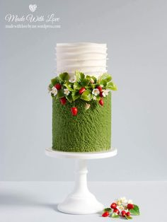 Strawberries & Cream Cake - I had intended to make this for Wimbledon but things didn't quite go to plan. It is still summer - Fancy Cakes, Cute Cakes, Pretty Cakes, Mini Cakes, Cupcake Cakes, Strawberry Cream Cakes, Strawberry Plants, Gorgeous Cakes, Amazing Cakes