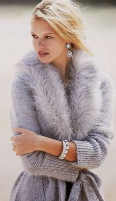 Christmas Party Outfit Ideas: 16 Trendy Holiday Details for Chic Women Fur Fashion, Grey Fashion, Look Fashion, Winter Fashion, Latest Fashion, Fashion Trends, Faux Fur Collar, Fur Collars, Knit Cardigan