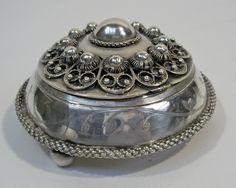 Zilveren doos, vervaardigd van een 19e-eeuws Zeeuws zilveren broekstuk Folklore, Bro, Costume Jewelry, Memories, Lace, Handmade, Objects, Memoirs, Souvenirs