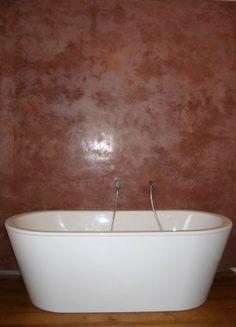 Tadelakt hinter der Badewanne - die Fleckigkeit ist beabsichtigt www.tadelakt-profi.de