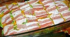 Výborný obed.. 1 kg zemiakov 700 g cukety 2 papriky 2 cibule 300 g slaniny 150 g syra 3 lyžice olivového oleja oregano soľ a korenie podľa chuti Na plech dáme olej a rozprestreme polovicu zemiakov,posypeme oregánom,soľou a korením podľa chuti,premiešame a dáme vrstvu cukety,cibule,papriky,slaniny a na vrch zemiaky ,ktoré tiež posypeme oreganom,soľou a korením.Posypeme strúhaným syrom a dáme piecť na 30-40 minút na 180°C ..