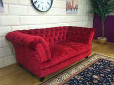 Chesterfield Sofa aus rotem Samt. www.kippax-sofas.de