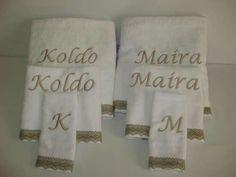 Regalos especiales para bodas? En estas fechas de celebraciones os proponemos unos juegos de toallas personalizadas con encaje de bolillo.#Regalosbodas#Regaloseventos#Regalos primera comunión