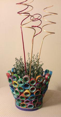 Portamaceta hecho con rollitos de papel de revistas - Paper art