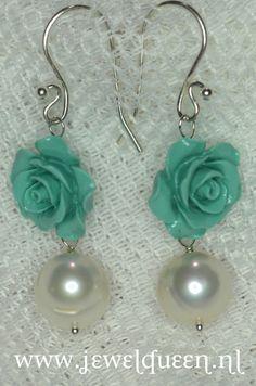 925 zilveren oorbellen met koraalklei roosjes en grote witte zoetwater parels www.jewelqueen.nl