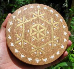 Flower of life healing gold Gold and beige very powerful Ø energy amplifier. Pentacle, Crystal Grid, Flower Of Life, Diy Flowers, Sacred Geometry, Stone Painting, Sculptures, Creations, Healing