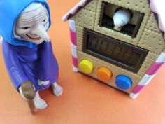 wonderful house which was made by cookie! Whose house is it? A witch's house? A dwarf's house? This is a kitchen timer 「Coocoo timer」! A pigeon inform you the time. It's very cute and unique♡  クッキーで作られた不思議な家!誰の家なんでしょう〜魔女の家?小人の家? これは、、とても可愛いキッチンタイマーです!時間になったらハトがお知らせ〜