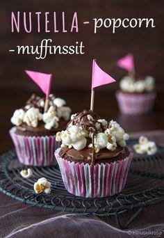 Nutella-popcorn -muffinsit  Näissä super-muffinsseissa ei pihistellä raaka-aineissa: taikina on tumma ja suklainen ja kuorrutteessa suolaiset popcornit yhdistyvät tahmeaan Nutella-levitteeseen. Idea tästä reseptistä alkoi kyteä nähtyäni Kodin Kuvalehdessä muffinssireseptin, jonka kuorrutteessa oli mukana popcorneja.