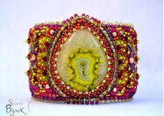 Bracelet Manchette Rigide Multicolore Agate Druzy. Broderie de perles à l'aiguille : Perles Toho, Miyuki, cristal Swarovki, perles rondes swarovski. Création bijou fait main par La Source Bijoux