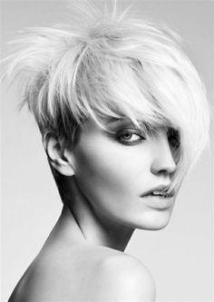 coupe courte dégradée cheveux blonds femme, tendances chez les coiffures courtes blonds