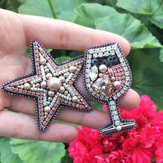 Бокал Розе и звезда - в наличии ✨✨ размеры примерно такие: бокал - 5,5 см в высоту, звезда в крайних точках - примерно 6 см ✨ Броши выполнены из канители, кристаллов и жемчуга сваровски, корейской стразовой ленты, итальянских пайеток, а края обшиты японским бисером  Кому?)) UPD: сет продан ❤️ #брошьручнойработы #embroideryart #embroiderybrooch #брошьбокал #шампанское #champagne #handmadebrooch #handmade #брошьзвезда #звезда