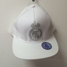Gorra blanca escudo gris real madrid Este artículo lo encontrará en nuestra  tienda on line de a813e5e0c63