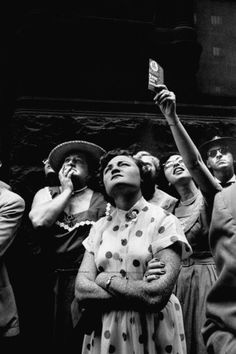 Lisa Larson : A crowd of people in lower Manhattan looking up at a hornbill bird on a Wall Street building, New York, 1953 Make Pictures, Cool Photos, People Crowd, Multiple Exposure, Old Photography, Female Photographers, Artist Trading Cards, Documentary Photography, Looking Up