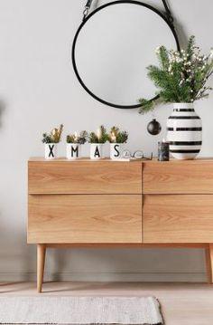 »God Jul« Sideboard von MUUTO, Vase von Kähler, Becher von DESIGN LETTERS, Wandspiegel von MATER