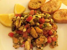 Sałatka z muli, pomidorów, kaparów,  jajka, ziół i winegretu.