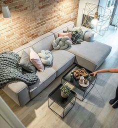 Quero esse sofá (alguém sabe onde tem?),almofada, manta, mesa de centro ou seja tudooooo! Foto @pinterest  #meuape34 #sofacinza #nossopalacio55metros #mantacrochet #saladeestar #scandinaviandesign #industrialdesign #inspired #industrialdecor #parededetijolinho