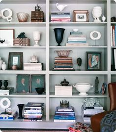 Article with ideas for how to arrange a beautifully balanced bookshelf