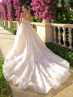 Traumhaftes Brautkleid mit Spaghettiträgern und Applikationen auf Oberteil und Rock. Rock, Wedding Dresses, Fashion, Bridle Dress, Appliques, Gowns, Bride Dresses, Moda, Bridal Gowns