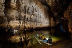 """Nelle grotte del #Subterranean River di #Puerto Princesa, nelle #Filippine, si trova la così detta """"Autostrada di Dio"""" una spettacolare  galleria rettilinea lunga circa 400 metri, per gli amanti dell'avventura!"""