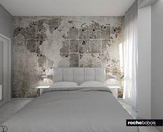 Camera #matrimoniale: #letto imbottito in pelle #grigio #chiaro e #carta da parati vilinica e lavabile con #planisfero #vintage.