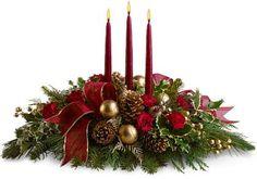 Natal: Arranjo floral com três velas vermelhas