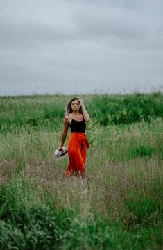 Fashion editorial inspired photo shoot in a field Portrait Photography Poses, High Fashion Photography, Fashion Photography Inspiration, Glamour Photography, Photoshoot Inspiration, Lifestyle Photography, Editorial Photography, Summer Picture Poses, Summer Photo Shoots