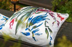 Очень красиво и оригинально смотрятся в интерьере предметы, расписанные вручную. Чтобы создать рисунок на ткани, воспользуйтесь акриловыми красками. После нанесения изображения необходимо подождать примерно 12–15 часов, а затем отутюжить ткань с изнанки. Краски хорошо закрепятся только после термической обработки. http://fazenda-tv.ru/