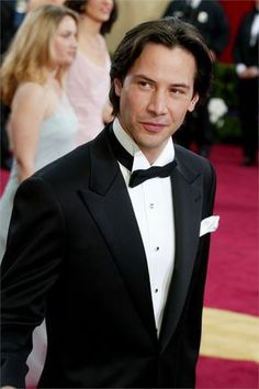Keanu wearing tuxedo (or something close to it - lol) Academy Awards 2003