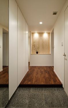 tokonoma in entrance hall Modern Entrance, Entrance Design, House Entrance, Entrance Doors, Zen House, Walnut Floors, Living Room Flooring, Entry Hall, Japanese House