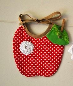 What an adorable Apple bib! I can DIY that easy Sewing To Sell, Sewing For Kids, Baby Sewing Projects, Sewing Crafts, Funny Baby Bibs, Diy Bebe, Bib Pattern, Felt Patterns, Baby Girl Shoes