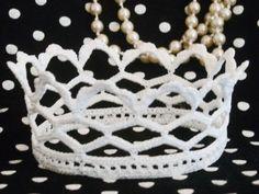 FREE PATTERN ~ WRITTEN IN SWEDISH ~ Virkad brudkrona inkl. mönster Crochet Crown, Diy Crochet, Crochet Baby, Crochet Pattern, Free Pattern, Crotchet, Crochet Ideas, Crown Pattern, Tatting Tutorial