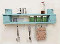 Ein **absoluter Hinkucker**: unser wunderschönes Regal aus recyceltem Palettenholz. Auf der Unterseite befinden sich fünf Haken, so dass Handtücher, Kochlöffel und andere Küchen-Utensilien...