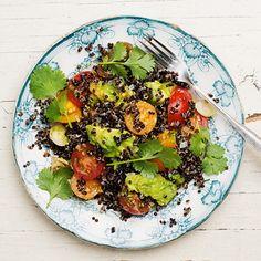 Svart quinoa är lika gott som den är effektfull. Koka quinoan i grönsaksbuljong och blanda med krämig avokado, söta tomater och salladslök som först fått smak av en limesyrlig dressing med hett sting av sambal oelek. En klick hummus är perfekt till!
