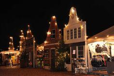 Mooi verlichte gevelhuisjes op de Kerstfair.