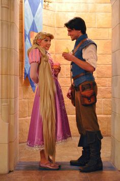 Can you say adorable?! Rapunzel and Flynn and cupcakes