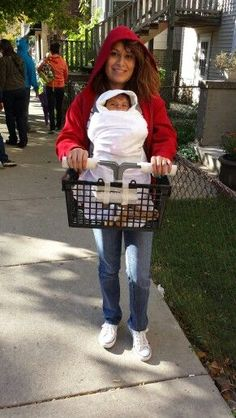 Halloween costumes for Parents wearing Baby Carriers on All Hallows Eve - Hike n Dip Looking for adorable Halloween costumes for Parents wearing Baby Carriers on All Hallows Eve? Here are the best Baby Carrier Halloween Costumes for Parents. Baby Halloween Outfits, Newborn Halloween Costumes, Mom Costumes, Baby First Halloween, Kids Costumes Boys, Homemade Halloween Costumes, Halloween Kids, Mom And Baby Costumes, Costume Ideas