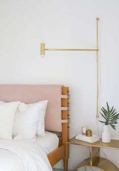Take a first look at Mandy Moore's guest bedroom in her midcentury Pasadena home. - Take a first look at Mandy Moore's guest bedroom in her midcentury Pasadena home. Design Room, Bed Design, The Design Files, Guest Bedrooms, Master Bedroom, Bedroom Small, Bedroom Bed, Bedroom Apartment, Bed Room