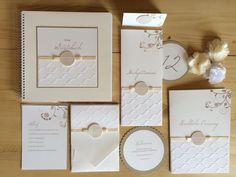 Klassische Einladung im Pocketfoldkarten Format und Papierprägung, Namensbutton, Kirchenheft, Menükarten, Tischnummern und Tischkärtchen