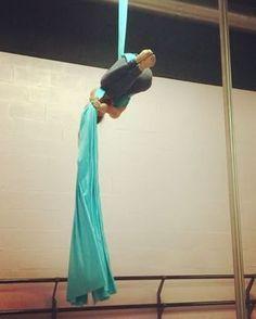 "72 Me gusta, 3 comentarios - Jessica Tessa (@travelingaerialist) en Instagram: ""A twist on pencil drop taught by @suzecurry! #aerialsilks #aerialistofig"""