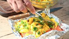 Salsa av mango smaker utrolig godt sammen med laks, og den lager du lett selv. Legg et lag over fisken før den legges på grillen, og du har en rett du kan imponere dine gjester med. Mango Salsa, Grilled Salmon, Fresh Rolls, Guacamole, Potato Salad, Grilling, Potatoes, Favorite Recipes, Ethnic Recipes