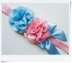 """Headband feito em elástico importado,flores de cetim e laçarote <br> <br>Podendo ser confeccionado em outras cores... <br> <br>Medida da flor com aproximadamente 4 cm <br> <br>Obs: Na hora da compra informe a medida da cabecinha da bebê (Idade). <br> <br>***** Mais detalhes, cores e estampas consulte-nos através do pedido ou no ícone verde ao lado, """" contatar vendedor""""."""