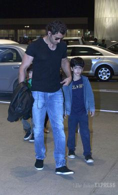 Entertainment Discover Hrithik Roshan accompanied by his two sons Hrehaan and Hridhaan at the Mumbai airport. Indian Men Fashion, Star Fashion, Mens Fashion, Bollywood Stars, Bollywood Fashion, Shraddha Kapoor Cute, Ranbir Kapoor, Hrithik Roshan Hairstyle, Famous Celebrities