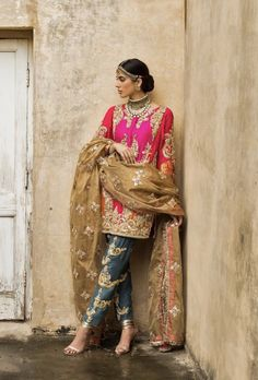 A resplendent & embellished ensemble, blending opulence & magnificence, is such an exquisite choice for the bride-to-be! What do you feel ? Pakistani Party Wear Dresses, Shadi Dresses, Pakistani Wedding Outfits, Indian Party Wear, Pakistani Dress Design, Indian Wear, Dress Indian Style, Indian Dresses, Indian Outfits