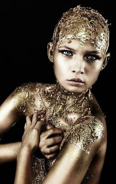 gold everything! Who doesnt love a classic gold look? Glitter Azul, Glitter Bomb, Body Glitter, Purple Glitter, White Glitter, 3d Fantasy, Fantasy Makeup, Dark Fantasy, Gold Makeup